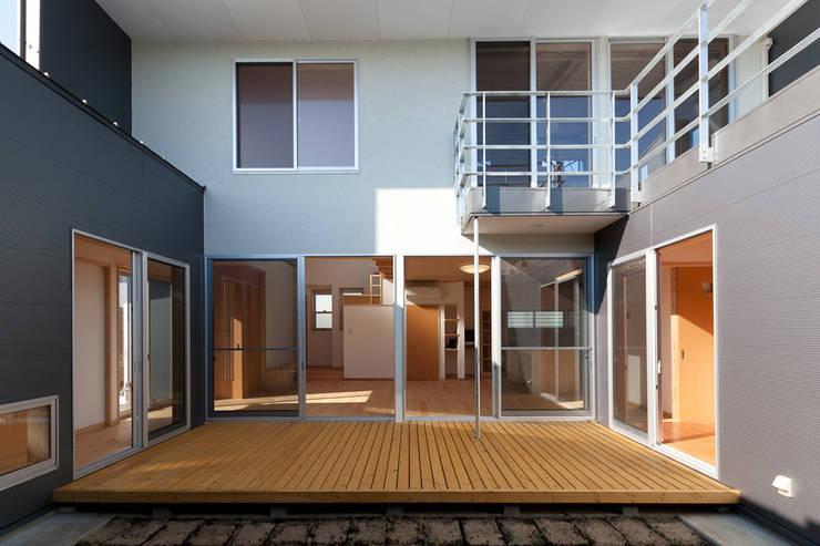 自然素材が息づく家: 有限会社 宮本建築アトリエが手掛けた家です。
