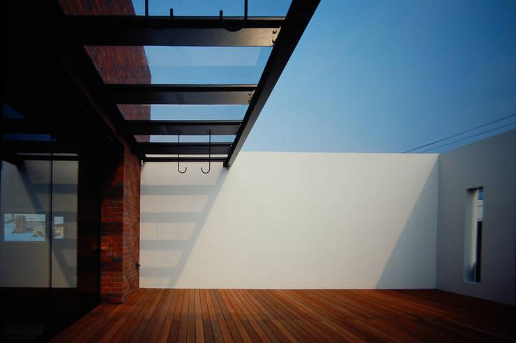 壁に住む家: 合資会社d.n.a.が手掛けた廊下 & 玄関です。
