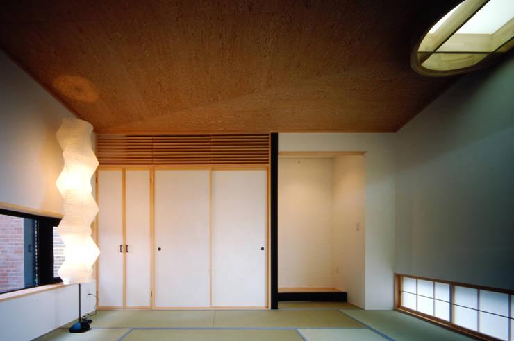壁に住む家: 合資会社d.n.a.が手掛けた寝室です。