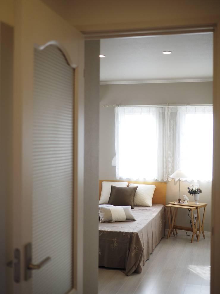『Live Sumai モデルハウスⅡ』:  Live Sumai - アズ・コンストラクション -が手掛けた寝室です。,