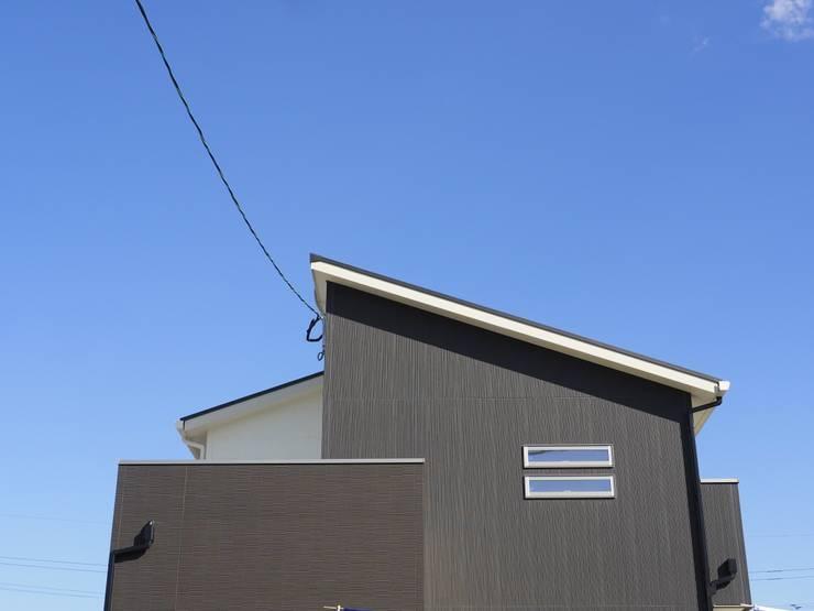 『 モダンとシックをあわせもったすまい 』:  Live Sumai - アズ・コンストラクション -が手掛けた家です。