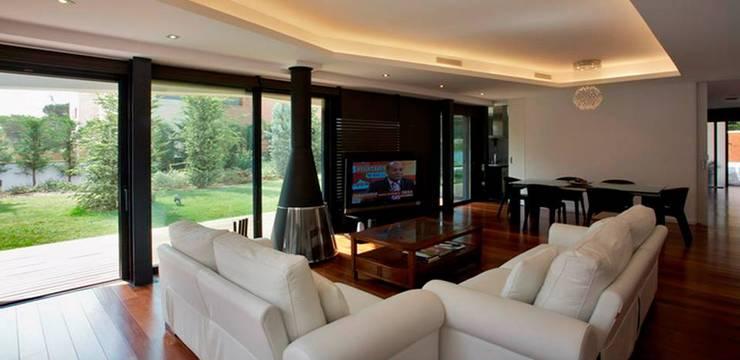 Habitatge Ramon Llull: Salones de estilo clásico de López Clavería Arquitectos