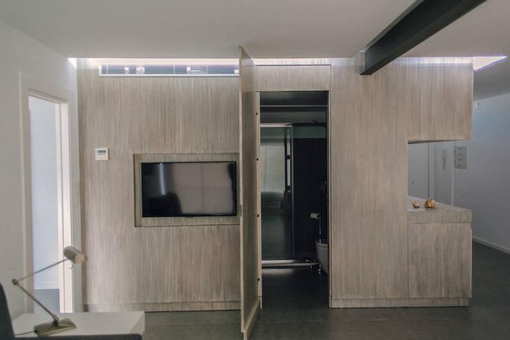 APARTAMENTO EN LA PLAYA: Salones de estilo moderno de JUANCHO GONZALEZ