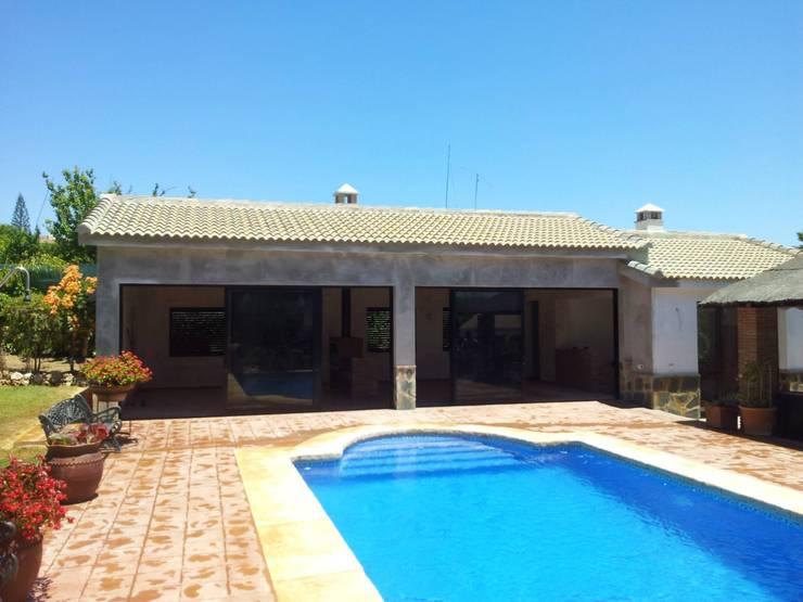 Casa de piscina - La Sierrezuela: Piscinas de estilo clásico de gsformato