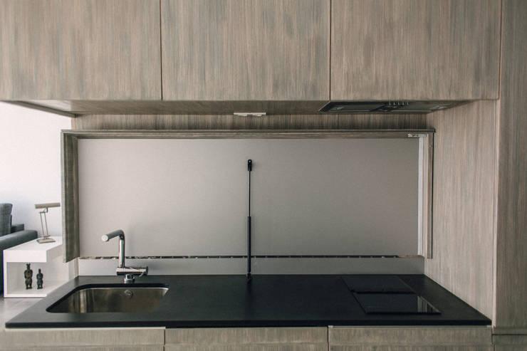 APARTAMENTO EN LA PLAYA: Cocinas de estilo moderno de JUANCHO GONZALEZ