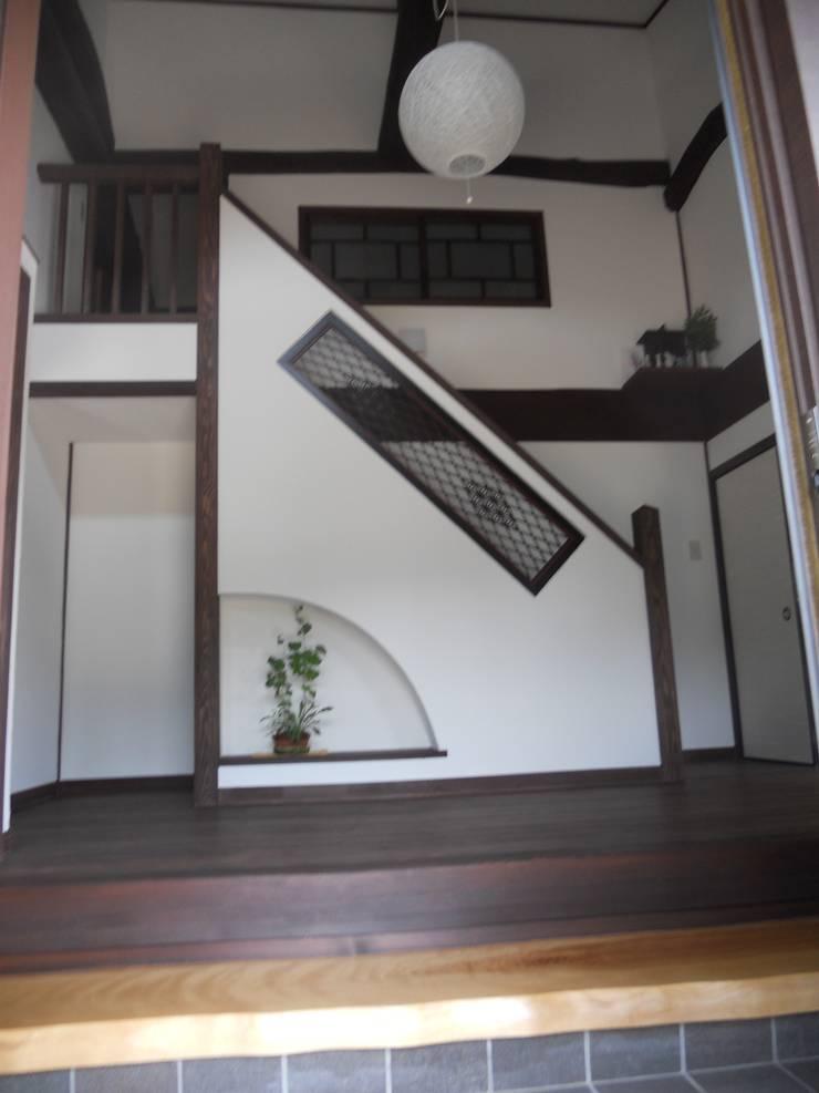 古民家再生(江戸、明治、大正、昭和初期の家): ぬくもりハウス株式会社が手掛けた廊下 & 玄関です。