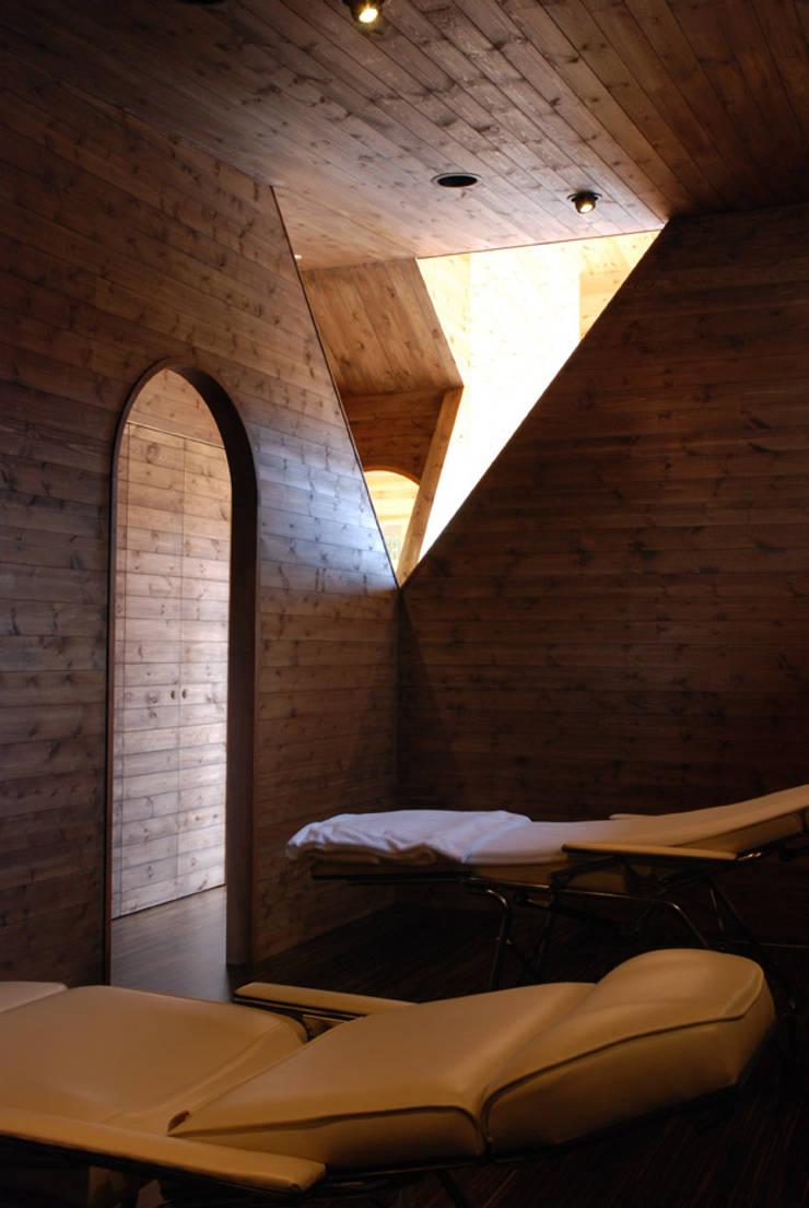 MAKINOHARA: 江口智行建築設計事務所アイビーアンドヴァインズ一級建築士事務所が手掛けたスパ・サウナです。