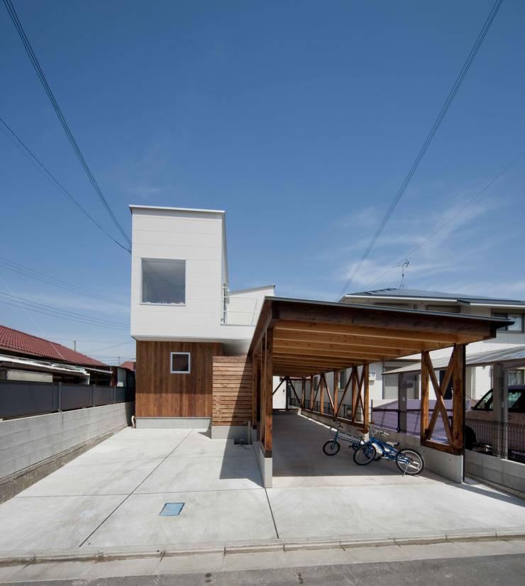 路地のある家: 株式会社田渕建築設計事務所が手掛けたガレージ&小屋です。
