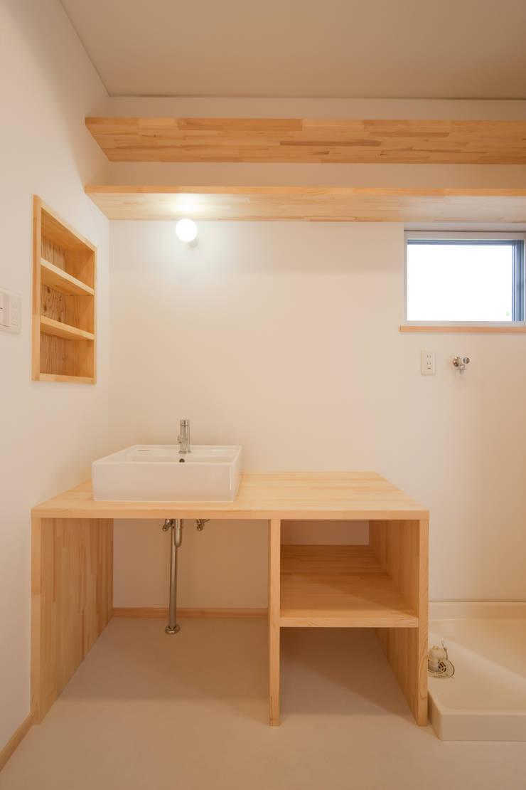 路地のある家: 株式会社田渕建築設計事務所が手掛けた洗面所&風呂&トイレです。