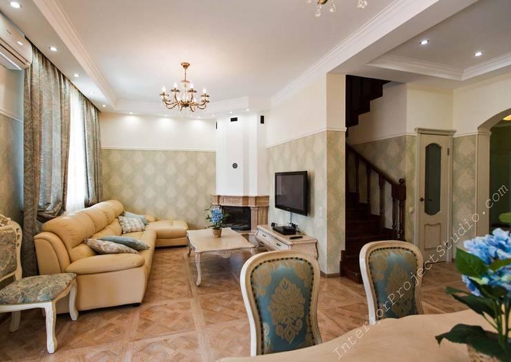 гостиная, вид на лестницу, ведущую на 2й и 3й этажи.:  в . Автор – Аврора - частный дизайнер интерьера (ИП)
