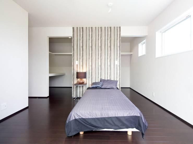『 ほっとくつろぐ茶の間のあるすまい  』 :  Live Sumai - アズ・コンストラクション -が手掛けた寝室です。,モダン
