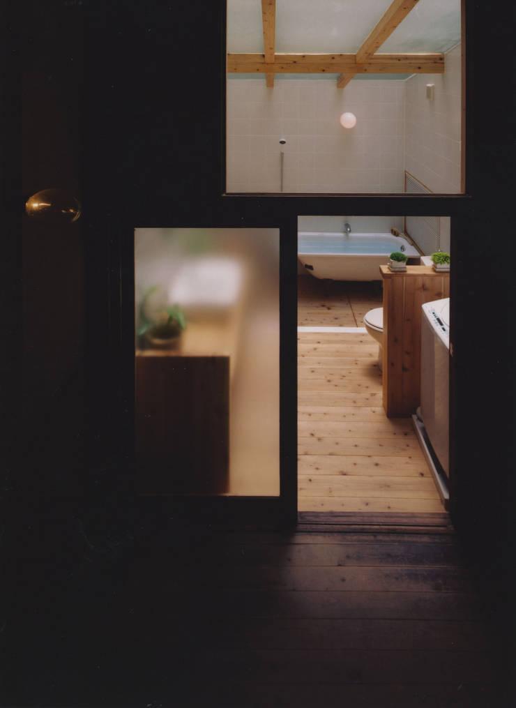 アトリエ: 建築設計室Morizo-が手掛けた浴室です。