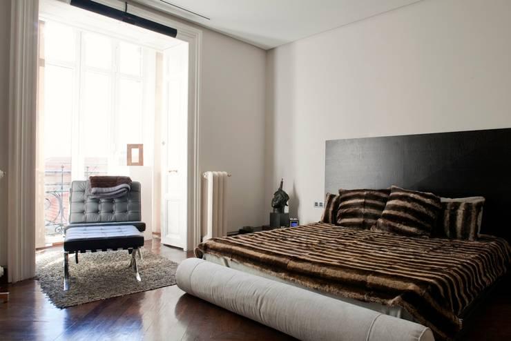 PINO: Dormitorios de estilo  de MILLENIUM ARCHITECTURE