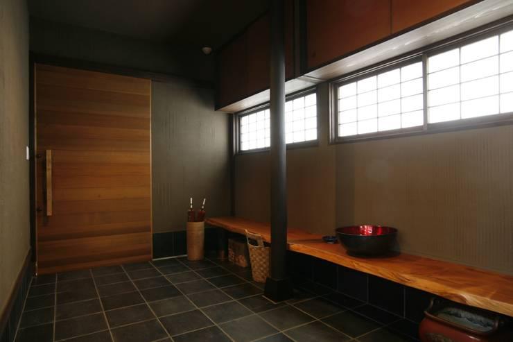 神奈川県鎌倉市 鎌倉山の家: Gen Design Factoryが手掛けた廊下 & 玄関です。