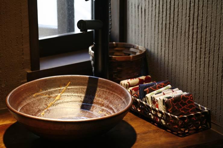 神奈川県鎌倉市 鎌倉山の家: Gen Design Factoryが手掛けた浴室です。