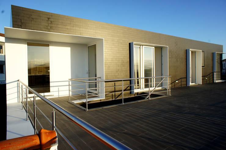 X/A Apartments: Terraços  por X|A - Arquitetura e Turismo, Lda