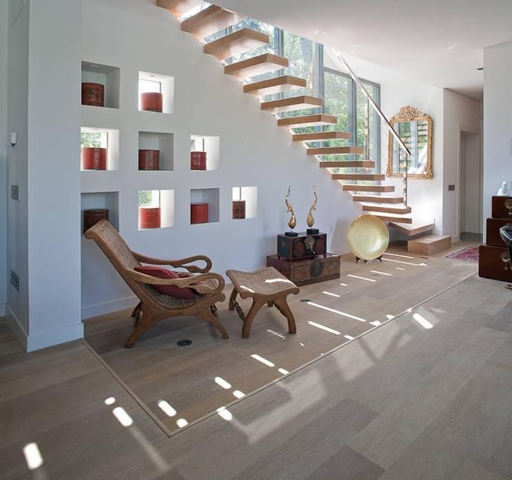 Pasillos y vestíbulos de estilo  por MILLENIUM ARCHITECTURE