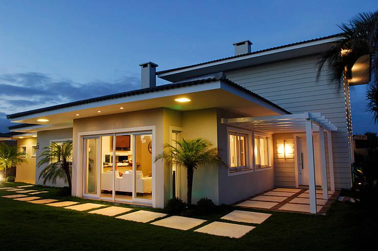Casa de Praia em Xangri-lá – RS: Casas  por Londero Moraes Arquitetura & Design,Moderno