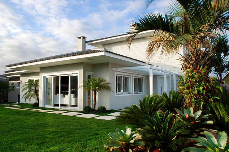 Casa de Praia em Xangri-lá - RS: Casas  por Londero Moraes Arquitetura & Design,Moderno