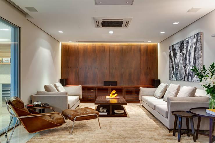 Sala de Estar / Home Theater: Salas de estar  por Lage Caporali Arquitetas Associadas,Moderno