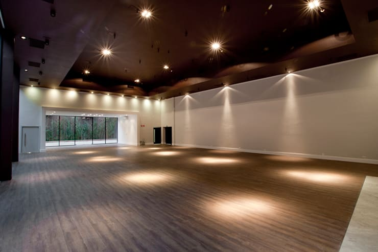 Casa Itaim Espaço de Eventos: Locais de eventos  por Starq Arquitetos Associados