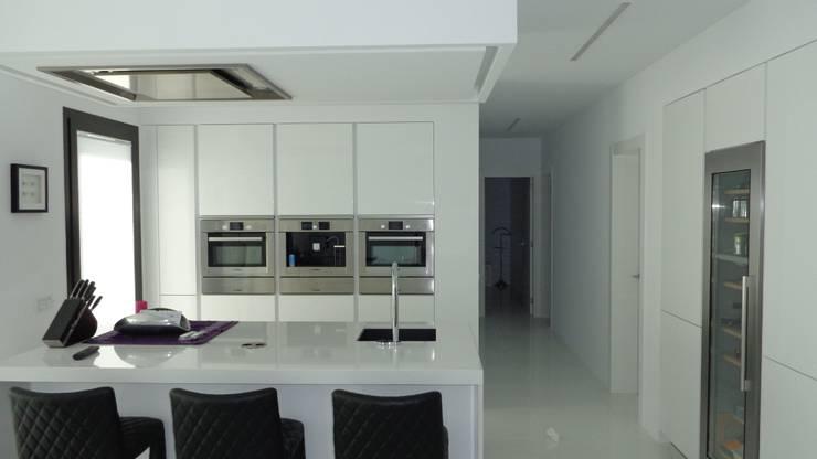 Кухня в . Автор – DESIGN VILLAS MORAIRA SL