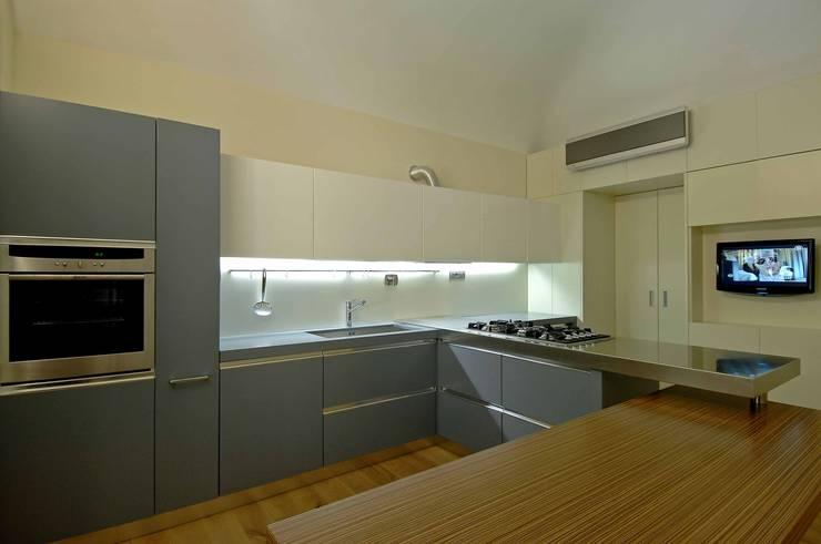 progetto: Cucina in stile in stile Moderno di Vemworks llc