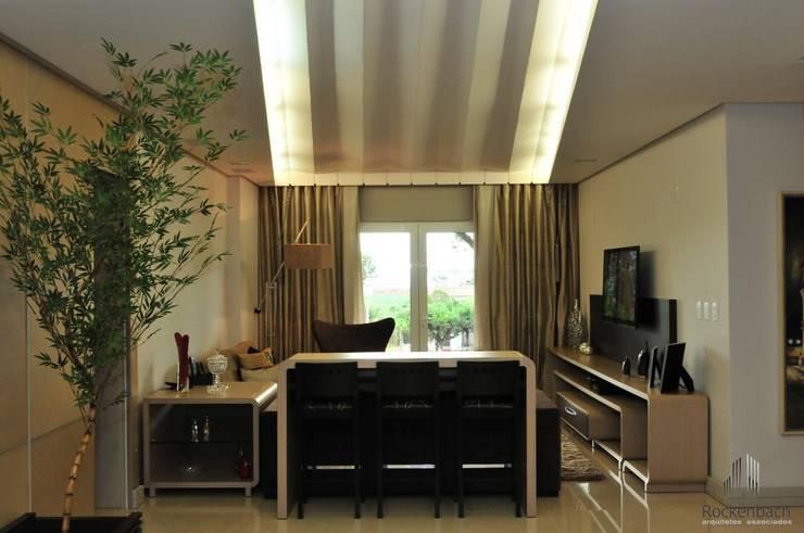 Residência Unifamiliar Entre-Ijuís -RS / Brasil: Salas de estar  por Rockenbach Arquitetos Associados