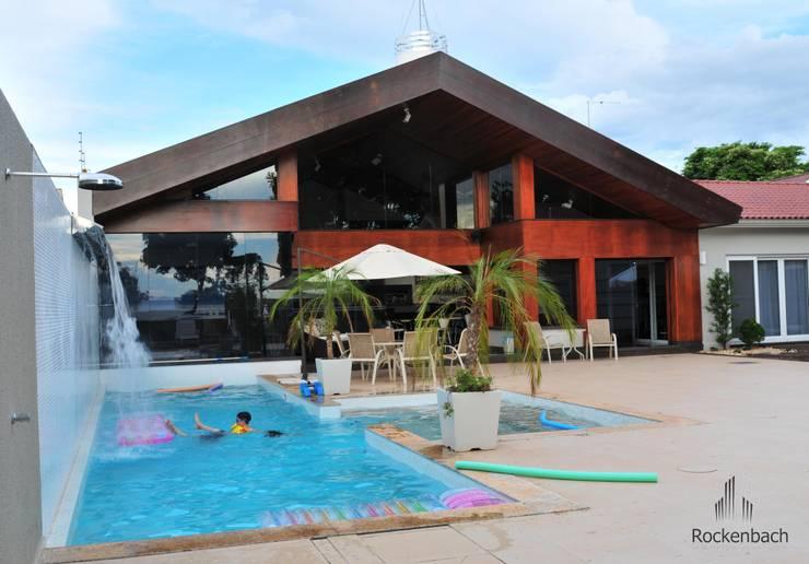 Residência Unifamiliar Entre-Ijuís -RS / Brasil: Piscinas  por Rockenbach Arquitetos Associados