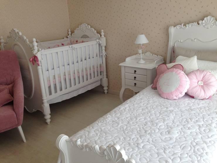 Berço e cama da mãe em estilo clássico moderno: Quarto infantil  por Laura Picoli