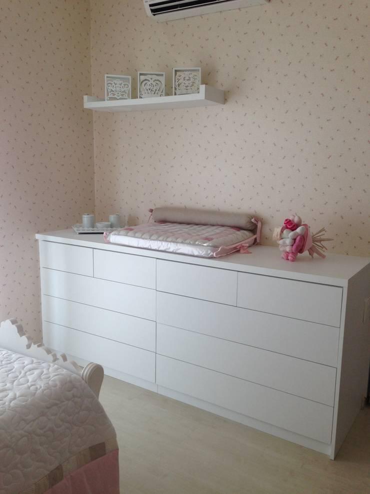 Comoda sob medida feita para o dormitório: Quarto infantil  por Laura Picoli
