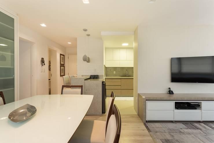 Apartamento GPG - Sala de Jantar: Salas de jantar modernas por Kali Arquitetura