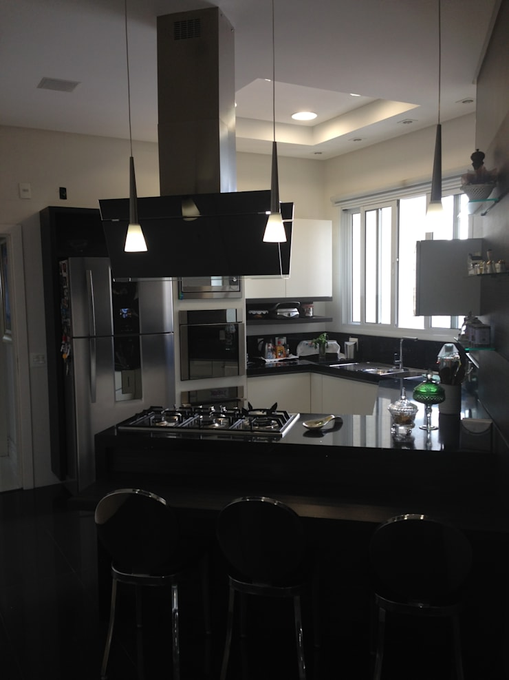 Cozinha em ilha com bancada de apoio: Cozinhas  por Laura Picoli,Moderno