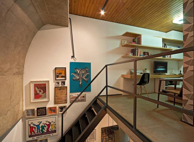 Projekty,  Korytarz, przedpokój zaprojektowane przez Dubal Arquitetura e Design