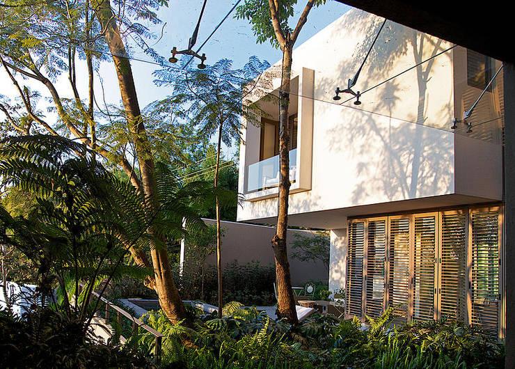 Casas de estilo ecléctico por Mayúscula Arquitectos
