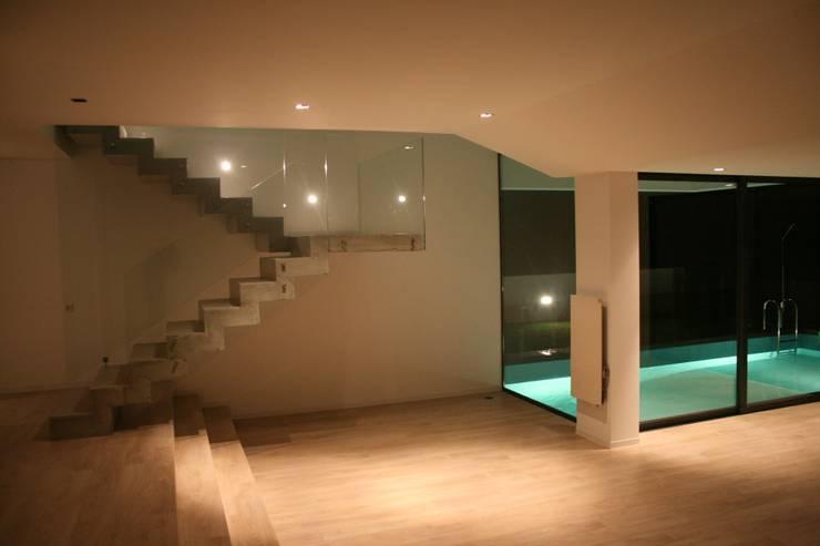 STL_01: Salas de estar modernas por TRAMA arquitetos