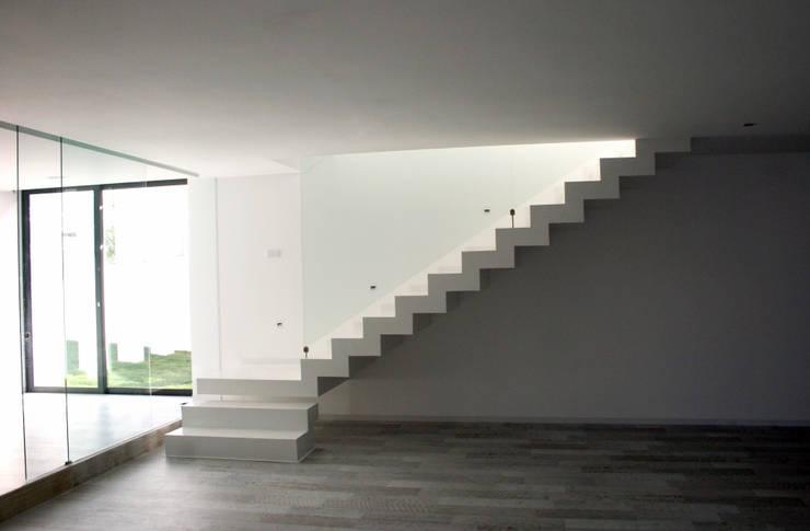 Casas de estilo moderno por TRAMA arquitetos
