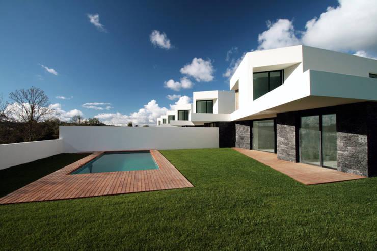 Pátios d'Este: Casas  por TRAMA arquitetos