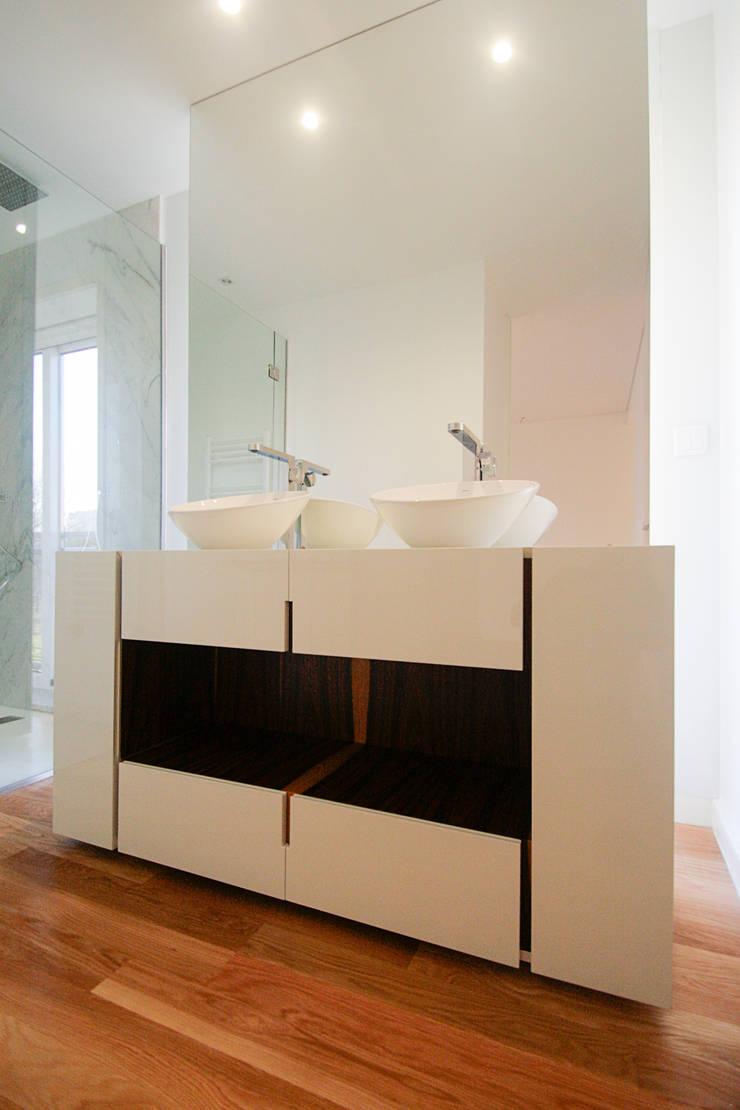 Remodelação Milénio: Casas de banho  por TRAMA arquitetos
