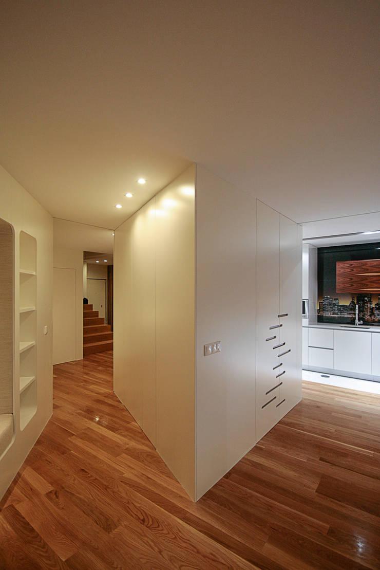 Remodelação Milénio: Salas de estar  por TRAMA arquitetos
