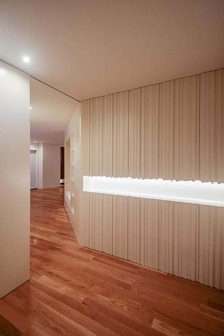 Remodelação Milénio: Corredores e halls de entrada  por TRAMA arquitetos