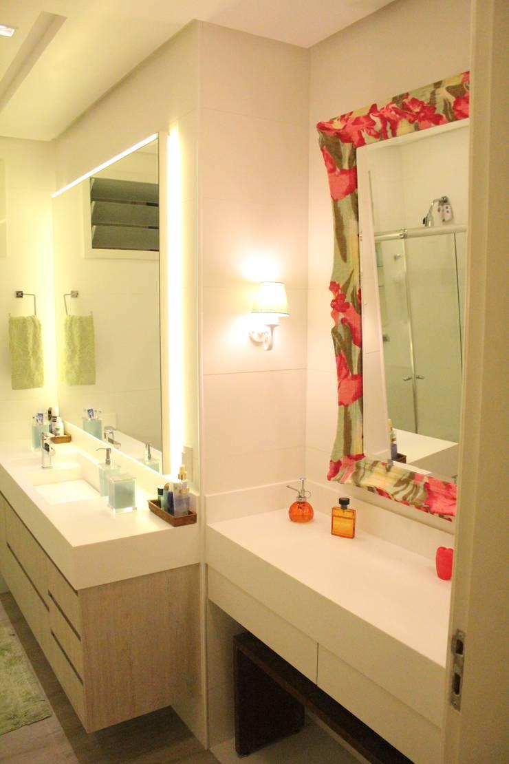 Banheiro Social: Banheiros  por Atelier Espaço Santa