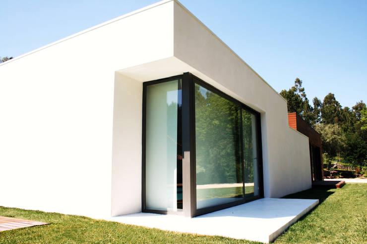 Casa Lanhoso: Casas  por TRAMA arquitetos