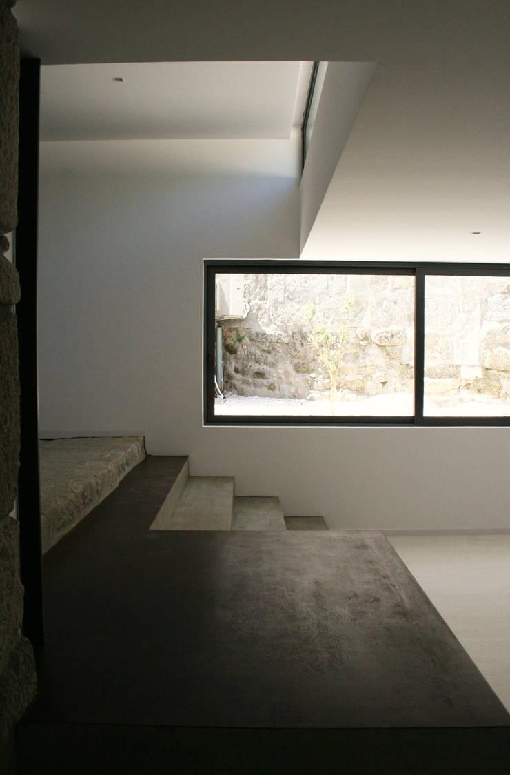 Casa Lanhoso: Salas de estar  por TRAMA arquitetos