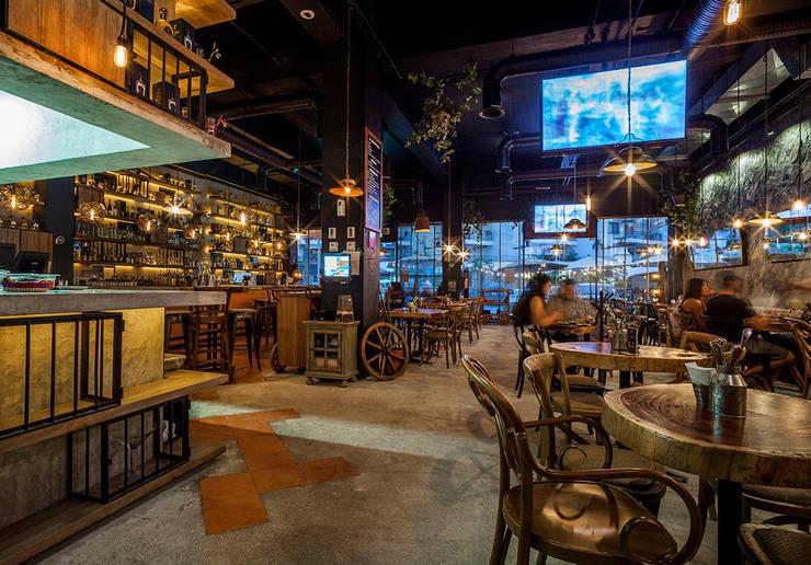 Cantina La Federal Puerto Vallarta: Bares y discotecas de estilo  por PASQUINEL Studio