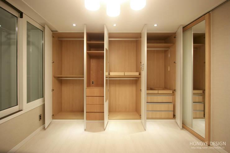 4인가족이 사는 화이트톤의 깔끔한 집_32py: 홍예디자인의  침실