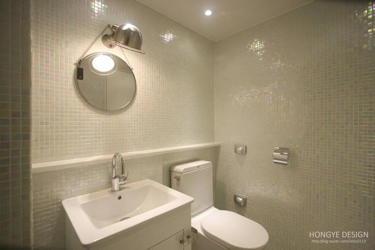 4인가족이 사는 화이트톤의 깔끔한 집_32py: 홍예디자인의  욕실