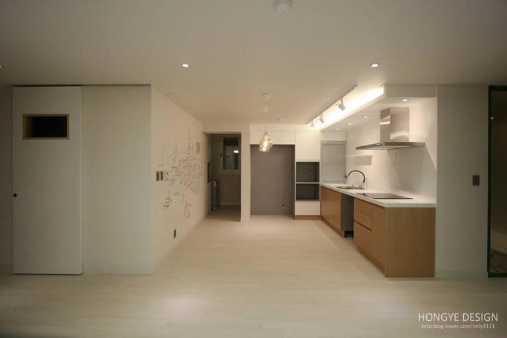 4인가족이 사는 화이트톤의 깔끔한 집_32py: 홍예디자인의  주방