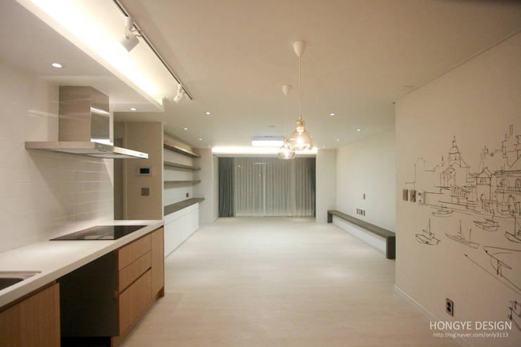 4인가족이 사는 화이트톤의 깔끔한 집_32py: 홍예디자인의  거실
