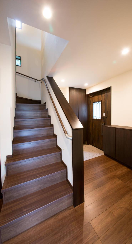 お茶屋さんの家: 池野健建築設計室が手掛けた廊下 & 玄関です。,